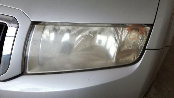Renovace-světlometů-světlomet-před-renovací-a-leštěním